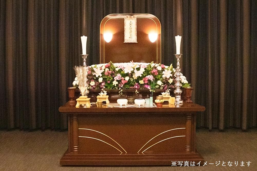 松山市民直葬センターの一日葬プランに含まれる祭壇と生花